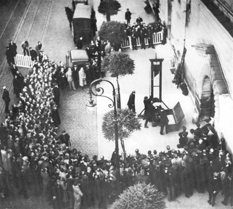 """Ο τελευταίος κατάδικος που εκτελέστηκε δημόσια με γκιλοτίνα. Ήταν ο αποκαλούμενος """"γερμανός βρυκόλακας"""". Ο αποκεφαλισμός του έγινε στο Παρίσι και το κατέγραψαν σε φιλμ (βίντεο) (Προσοχή! Σκληρές Εικόνες)"""