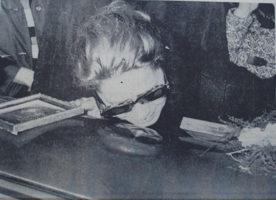 Σπαραγμός της μητέρας Τίνας Λιβανού, πάνω στο φέρετρο του γιού της Αλέξανδρου.