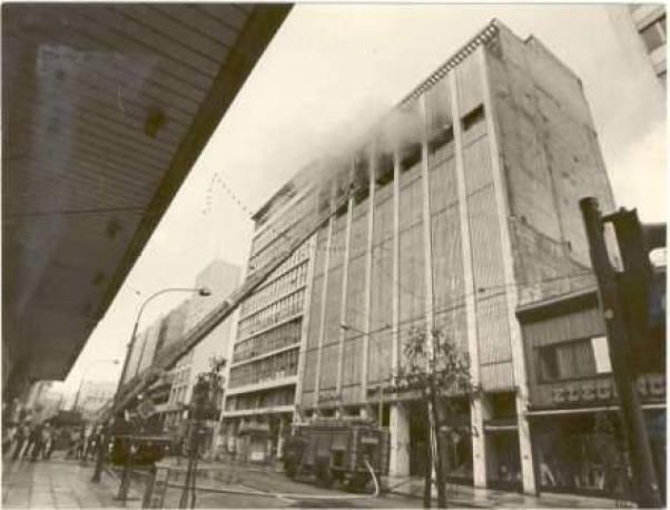 """Πολυκατάστημα """"ΤΣΙΤΣΟΠΟΥΛΟΙ"""". Επί της Σταδίου 35 Επιχείρηση κατάσβεσης. 3 Ιουνίου 1981"""