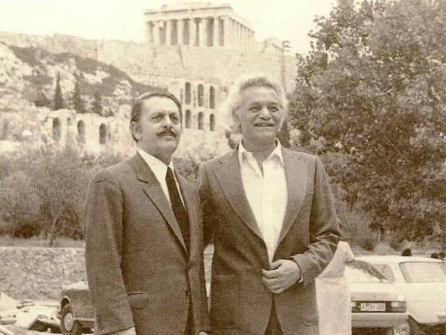 Η σύλληψη του Γλέζου και του Σάντα από τους Γερμανούς. Αγνοούσαν ότι αυτοί κατέβασαν τη σβάστικα από την Ακρόπολη. Ο Γερμανός πιλότος που βοήθησε τον Σάντα
