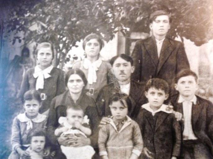 Η οικογένεια της νυφης. Η Αλεξάνδρα εικονίζεται στην πάνω σειρά της φωτογραφίας. Τα αδέλφια της που επέζησαν είναι τα δύο παιδιά που κρατάει από τους ώμους ο πατέρας
