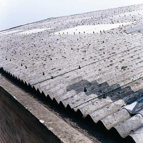 Η πιο διαδεδομένη μορφή αμιάντου, συνήθως σε παλαιότερης κατασκευής σπίτια είναι το γνωστό σε όλους ΕΛΛΕΝΙΤ που μπορεί να υπάρχει στη συχνότερη εφαρμογή του σε στέγες, υπόστεγα, μικροκατασκευές χωρών σταθμεύσεως, αποθήκες, έως σωλήνες, καπνοδόχους, μονώσεις λεβήτων, τζάκια