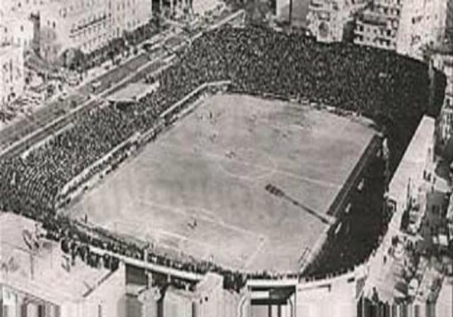 Το ιστορικό ντέρμπι ΠΑΟ-ΑΕΚ κατά τη διάρκεια της κατοχής. Οι παίκτες αρνήθηκαν τους όρους των Γερμανών και μαζί με τους φιλάθλους, έκαναν μια μεγαλειώδη διαδήλωση