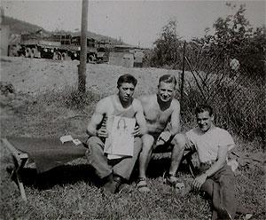 Στα δεξιά, ο Ευάγγελος Κλωνής και στη μέση, ο Τζ. Άντεργουντ