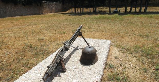 Η εκτέλεση των 200 πατριωτών από τους Γερμανούς στην Καισαριανή ως αντίποινα για τον θάνατο ενός στρατηγού στη Σπάρτη. Ήταν η μεγαλύτερη ομαδική εκτέλεση στην Αθήνα