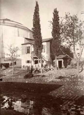 Ιλισός μπροστα από το Στάδιο εκεί όπου υπήρχε κάποτε το στρογγυλό κτίριο του Πανοράματος Θών. Φωτογράφος Οδυσσέας Φωκάς, περίπου 1900, αρχείο Εθνικής Πινακοθήκης- Μουσείου Α. Σούτζου.