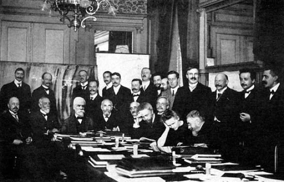 Στο Συνέδριο Φυσικής Σολβέϋ το 1911, η Μαρί ανέμεσα σε εξέχοντες επιστήμονες