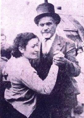 """Φωτογραφία που δημοσιέυτηκε σε εφημερίδα της εποχής, με τον Δελαπατρίδη να χορεύει τανγκό με μια """"ψηφοφόρο"""" του"""