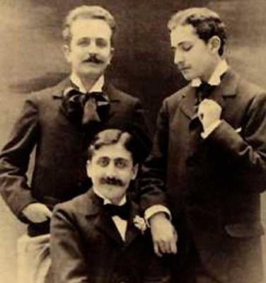 Ο Προυστ με τον Ρόμπερτ ντε Φλερ στα αριστερά και τον Λουσιάν Ντοντέ από τα δεξιά του. Με τον Λουσιάν είχαν ερωτική σχέση.