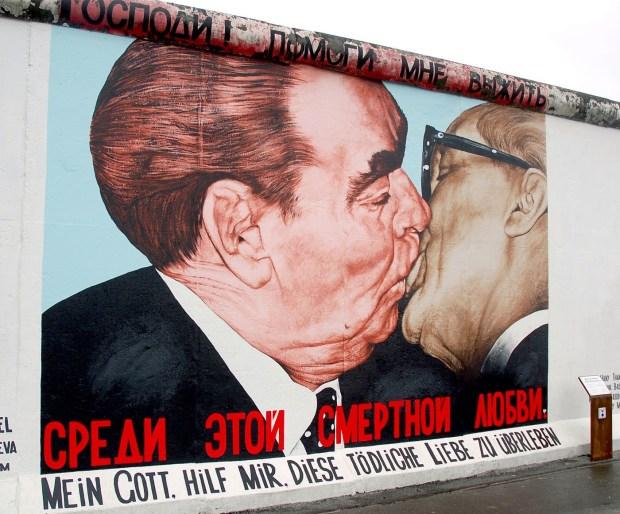 """Το γκράφιτι με το """"φιλί"""" στο ανατολικό Βερολίνο"""