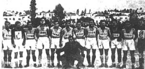 Ο Μουράτης έπαιξε σε ποδοσφαιρικούς αγώνες με την ομάδα της ΕΠΟΝ του Πειραιά