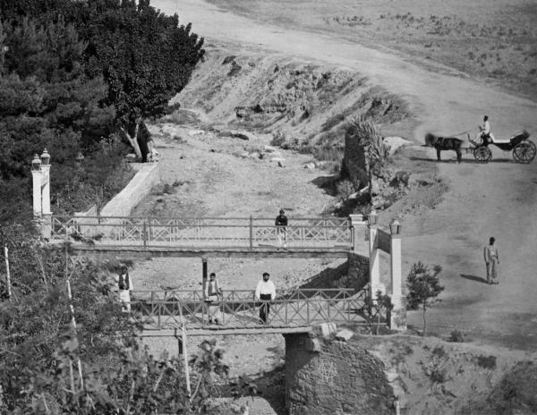 Η συνέχεια της αρχικής φωτογραφίας του Πέτρου Μωραΐτη. ελήφθη το 1870 στα γεφύρια του Ιλισού