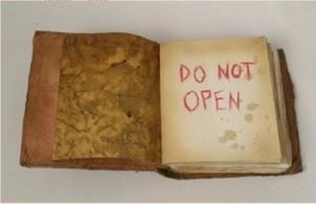 """Το βιβλίο που κανείς δεν κατάφερε να διαβάσει μέχρι τέλους. Ονομάζεται: """"Οι σκιές από τους τοίχους του θανάτου"""". Είναι το βιβλίο με το πιο """"δηλητηριώδες"""" περιεχόμενο στον κόσμο"""
