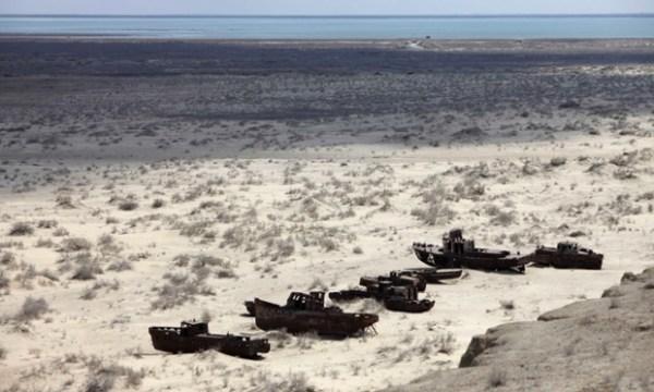 Με την εκτροπή των ποταμών που εφοδίαζαν την Αράλη προς την έρημο, η λίμνη αποξηράνθηκε, προκαλώντας τεράστια οικολογική καταστραφή και μετατρέποντας τις αχανείς εκτάσεις της σε νεκροταφείο πλοίων