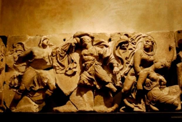 Κομμάτι από τις μετώπες που ανακάλυψαν οι αρχαιοκάπηλοι