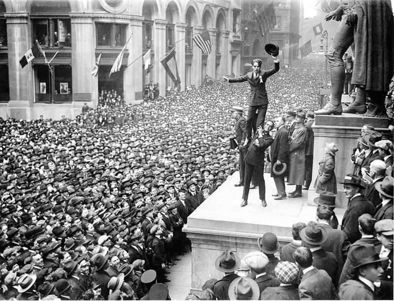Αυτή είναι η πρώτη φορά που οι Αμερικανοί άκουσαν τη φωνή του Τσάρλι Τσάπλιν! Ο κινηματογράφος ήταν βουβός και η φωνή του εντελώς άγνωστη