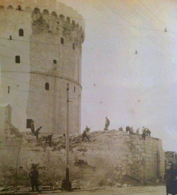 Τα τείχη του Λευκού Πύργου γκρεμίστηκαν το 1905.