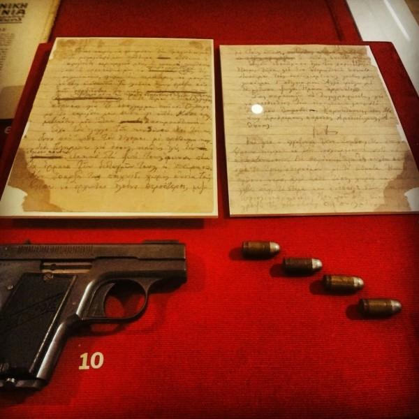 Το πιστόλι Pieper Bayard , οι σφαίρες, η αποχαιρετηστήρια επιστολή, όπως εκτίθενται στο Μουσείο Μπενάκη
