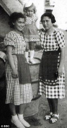 Αριστερά η Ελένα και δεξιά η αδερφή της Ροζίνκα Σιτρονοβα, ενω στη μέση αγκαλιάζουν την κόρη της Ροζίνκα που δεν κατάφερε να βγει ζωντανή από το Άουσβιτς