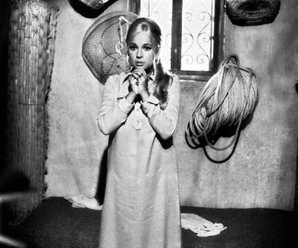 Η Αλίκη στις περισσότερες σκηνές φορούσε φαρδιά φουστάνια για να κρύβει την κοιλιά της