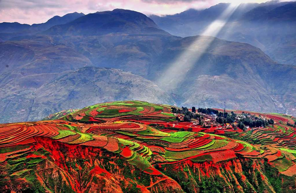 """Η εκθαμβωτική """"Κόκκινη Γη"""" της Κίνας αποτελείται από χωριά δίχως όνομα. Τα """"ανακάλυψαν"""" πρώτα οι φωτογράφοι και επειδή είναι πολύ μικρά τους έβαλαν αριθμούς για να τα ξεχωρίζουν!"""