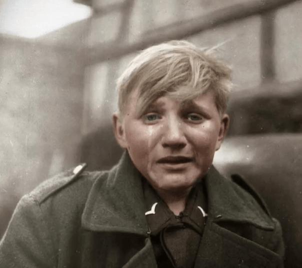 Η αληθινή ιστορία με το 16χρονο αγόρι της ναζιστικής νεολαίας που ξέσπασε σε λυγμούς μπροστά στον φακό. Για δεκαετίες πίστευαν ότι έκλαψε για τον θάνατο του Χίτλερ, αλλά ο Χάνς είχε σοβαρότερους λόγους
