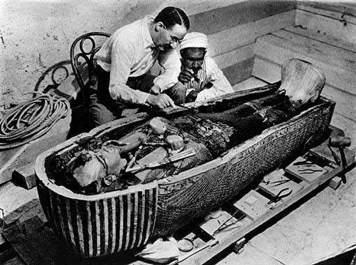 Ο αρχαιολόγος Κάρτερ όταν ανακάλυψε τον τάφο του Τουταγχαμών