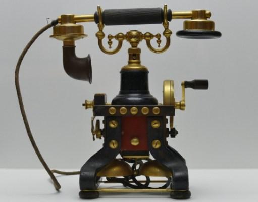 Χειροκίνητη επιτραπέζια πολυτελής τηλεφωνική συσκευή σουηδικής κατασκευής μοντέλο Σκέλετον γνωστή ως ραπτομηχανή πατέντα 1882 έτος κατασκευής 1892