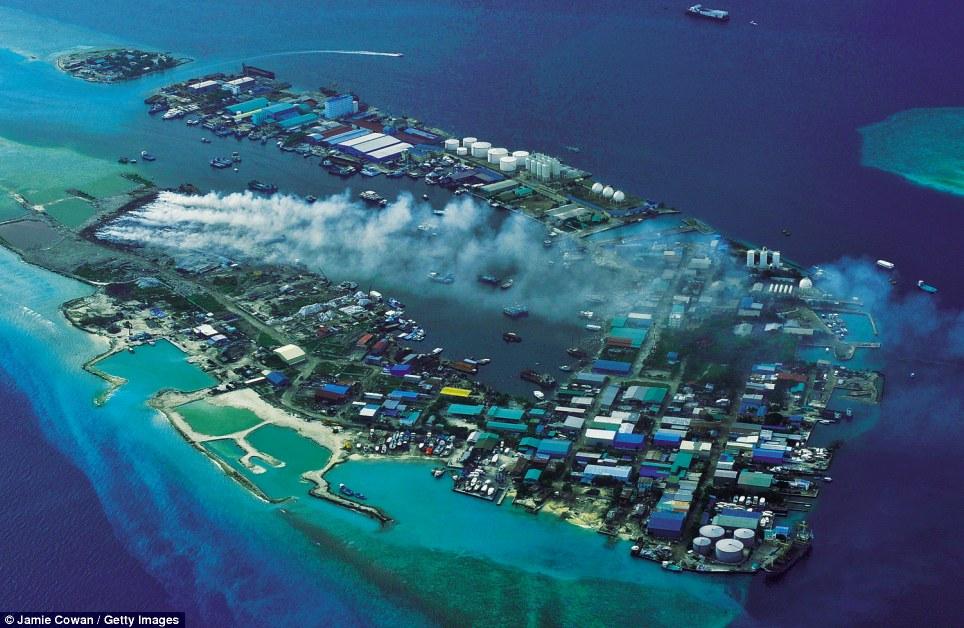 """Το πιο δύσοσμο μέρος του κόσμου βρίσκεται στις εξωτικές Μαλδίβες. Εκεί βρίσκεται το """"σκουπιδονήσι"""" που δέχεται 330 τόνους απορριμάτων ημερησίως. Η χωματερή είναι χτισμένη σε κοραλλιογενή ύφαλο, 4 μίλια από την πρωτεύουσα"""