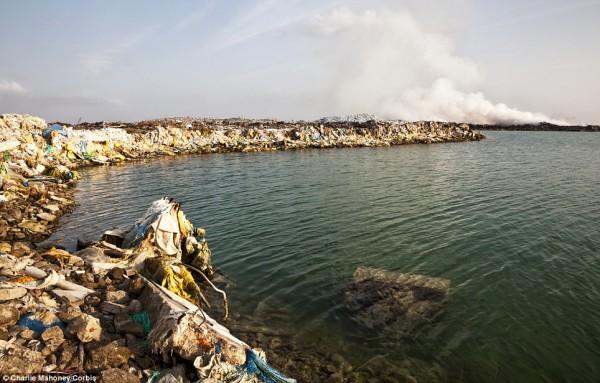 Σκουπίδια από την μια άκρη του νησιού ως την άλλη
