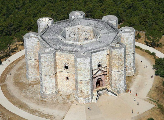 Το παράξενο Κάστελ Ντελ Μόντε της Ιταλίας με τους οκτώ μεσαιωνικούς πύργους που δεν κατοικήθηκε ποτέ! Το μυστήριο για τον λόγο κατασκευής του και οι θεωρίες για αποκρυφιστικές τελετές