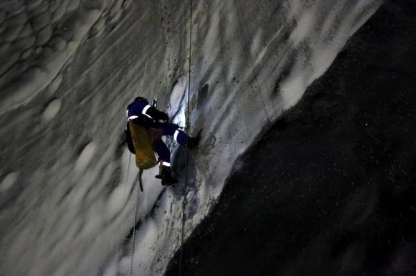 Η επιστημονική ομάδα βρέθηκε στον πυρήνα και πήρε δείγματα από τα τοιχώματα και το έδαφος του κρατήρα