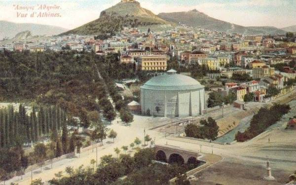 """Το πανόραμα """"ΘΩΝ"""" ανεγέρθηκε το 1895 και κατεδαφίστηκε το 1921. Επίσης φαίνεται και το τρίτοξο γιοφύρι που κτίστηκε το 1874 δαπάνη Γεωργίου Αβέρωφ.Απο τους βασικούς κατοίκους της περιοχής ήταν οι φύλακες του Ζαππείου, αλλά και οι κηπουροί του βασιλικού κήπου, που έμεναν σε μικρά σπιτάκια με κήπους."""