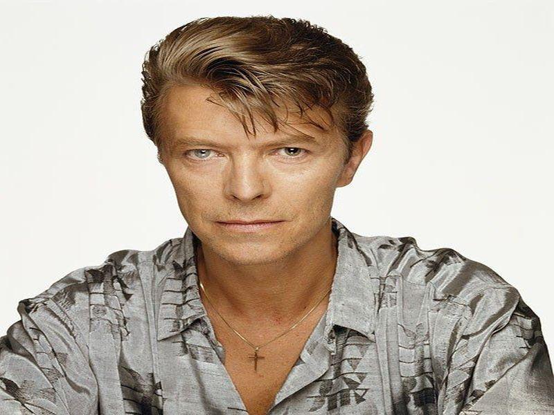"""Ντέιβιντ Μπάουι, τα ναρκωτικά, και η ήρεμη ζωή του οικογενειάρχη με την Ιμάν. Ο """"Ziggy Stardust"""", ο """"εξωγήινος"""", ο """"Λευκός Δούκας"""". Οι μεταμορφώσεις ενός χαρισματικού μουσικού"""