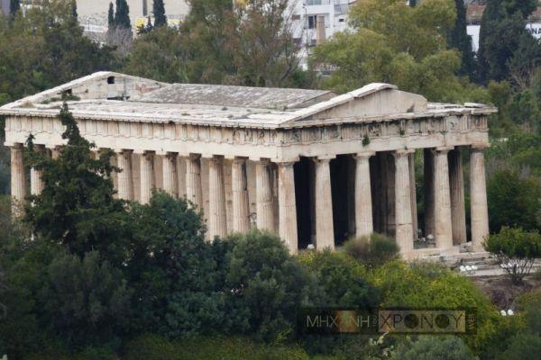 Είναι δωρικός περίπτερος ναός με πλούσιο γλυπτικό διάκοσμο και κατασκευασμένος από παριανό μάρμαρο. Στις ανατολικές μετόπες αναπαρίστανται οι άθλοι του Ηρακλή, στη βόρεια και Νότια οι άθλοι του Θησέα. Η ζωφόρος του πρόναου αναπαριστά τη μάχη του Θησέα με τους Παλλαντίδες και στον οπισθόδρομο η μάχη των Λαπίθων και των Κενταύρων