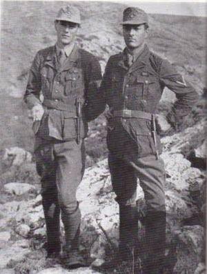 Στάνλεϋ Μος και Πάτρικ Λη Φέρμορ φορώντας γερμανικές στολές