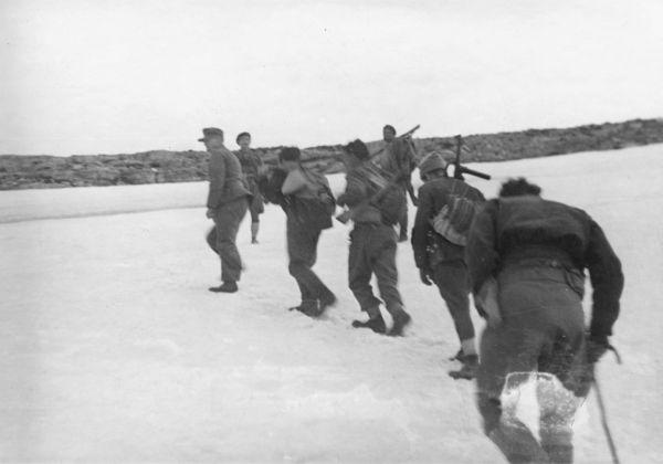 Οι απαγωγείς στα κρητικά βουνά. Δεύτερος είναι ο στρατηγός Κράϊπε Διέσχισαν τη Κρήτη χωρίς να τους εντοπίσουν οι χιλιάδες Γερμανοί στρατιώτες. Τον οδηγό του Στρατηγού τον σκότωσαν κατά τη διάρκεια της ανάβασης στον Ψηλορείτη