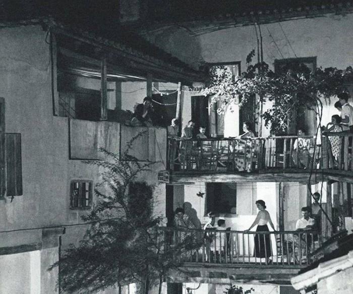 Πού βρίσκονται τα ξύλινα μπαλκόνια με τις βουκαμβίλιες, όπου οι παρέες απολάμβαναν τις βραδιές; Η γειτονιά με τις αυλές επέζησε, αλλά τα σπίτια άλλαξαν χέρια και τα παράθυρα έκλεισαν