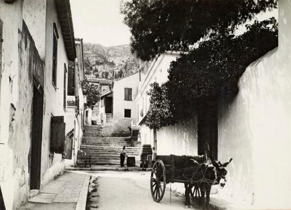 Η οδός Μνησικλέους στη διασταύρωσή της με την οδό Λυσίου, περίπου 1930. © Νεοελληνική Ιστορική Συλλογή Κωνσταντίνου Τρίπου - Φωτογραφικό Αρχείο Μουσείου Μπενάκη. Δημήτριος Γιάγκογλου.