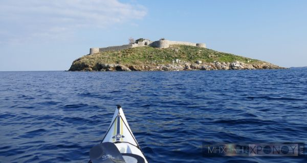 Το Μπούρτζι που πρωταγωνίστησε σε αυτή την εμφύλια και ατυχή για τα εθνικά συμφέροντα διαμάχη χτίστηκε το 1826 από τον φιλέλληνα στρατιωτικό Κ. Έϋδεκ για να προστατεύει το λιμάνι του νησιού από εχθρικές επιθέσεις. Παλαιότερα, την ιδανική τοποθεσία του νησιού, είχαν εκμεταλλευτεί οι Βυζαντινοί και οι Ενετοί, οι οποίοι το χρησιμοποιούσαν ως ναυτική βάση.
