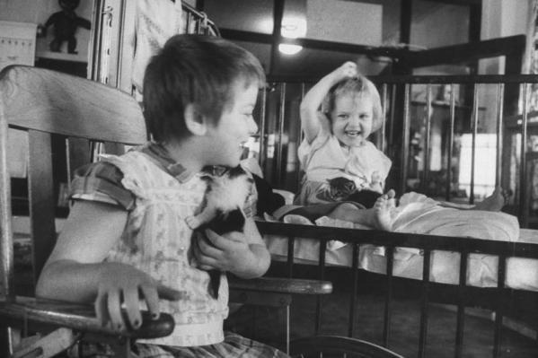Δύο κοριτσάκια παίζουν με τα γατάκια του νοσοκομείου