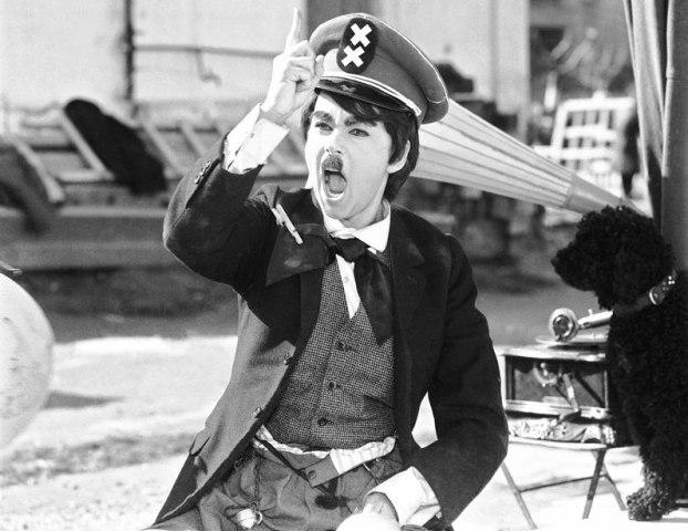 """Η ταινία """"Η Αλίκη δικτάτωρ"""" ξεπέρασε τη λογοκρισία της χούντας, επειδή η κόρη ενός από τους συνταγματάρχες ήταν θαυμάστρια της Βουγιουκλάκη. Οι ρόλοι έκπληξη του Κατράκη και του Χατζηχρήστου"""