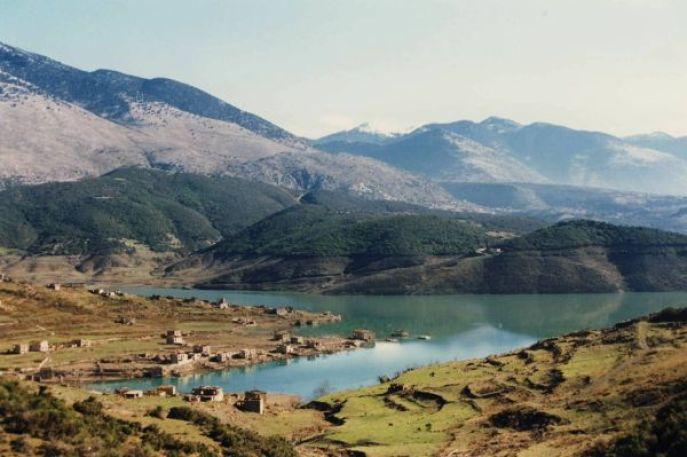 Η λίμνη βρίσκεται σε υψόμετρο 500 μέτρων και έχει χωρητικότητα 780 εκατ. κυβικά μέτρα. Περιτριγυρίζεται από τα βουνά Γκιώνα και Βαρδούσια και περιβάλλεται από βελανιδιές, πλατάνια και σε ψηλότερο σημείο έλατα