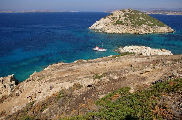 Η θέση Κάβος στην Κέρο και απέναντι η νήσος Δασκαλιό, όπου ανακαλύφτηκαν άφθονα όστρακα μεγάλων αγγείων , θραύσματα μαρμάρινων αγγείων , λίθινα εργαλεία και θαλάσσια όστρεα