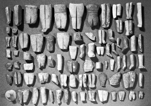 """Αντικείμενα του """"θησαυρού της Κέρου"""" από τη συλλογή Erlenmeyer που βρίσκονται στο Μουσείο Κυκλαδικής Τέχνης Το ίδρυμα Ν.Π. Γουλανδρή κατάφερε να αποκτήσει από τις δημοπρασίες 58 θραύσματα ειδωλίων και άλλα 17 η Εμπορική Τράπεζα"""