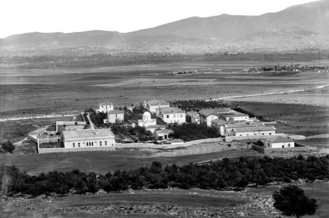 Πού βρισκόταν το καταφύγιο των ανθρώπων του πνεύματος που χρειάστηκαν ψυχιατρική βοήθεια. Χτίστηκε στη μέση μιας πεδιάδας με πυκνή δεντροφύτευση και ήταν δωρεά ενός Χιώτη εμπόρου που γλύτωσε από τα σκλαβοπάζαρα των Οθωμανών