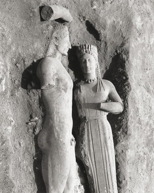 """Ο κούρος της Μερέντας και η κόρη Φρασίκλεια, όπως βρέθηκαν τη 18η Μαΐου 1972. Επιγραφικό Μουσείο, Αρχείο Ευθ. Μαστροκώστα. Από το βιβλίο """"Mεγάλες στιγμές της ελληνικής αρχαιολογίας"""""""