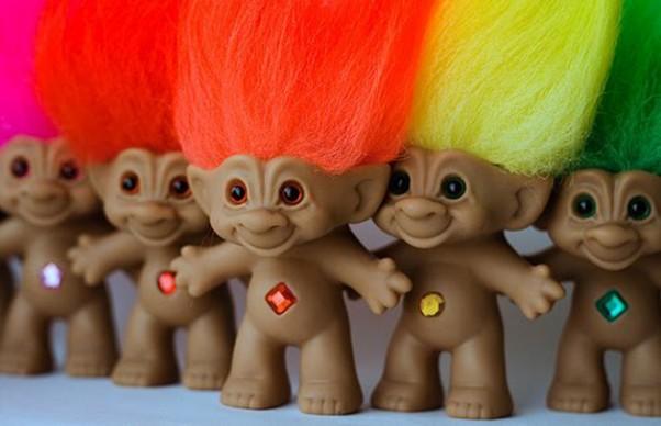 """Trolls. Οι """"Ευχούληδες"""", τα διάσημα ξωτικά της δεκαετίας του '80 δημιουργήθηκαν από έναν πάμπτωχο ξυλουργό ως δώρο γενεθλίων στην κόρη του. """"Κονταροχτυπήθηκαν"""" σε πωλήσεις με τη Barbie και αναδείχθηκαν """"Παιχνίδι της Χρονιάς"""""""