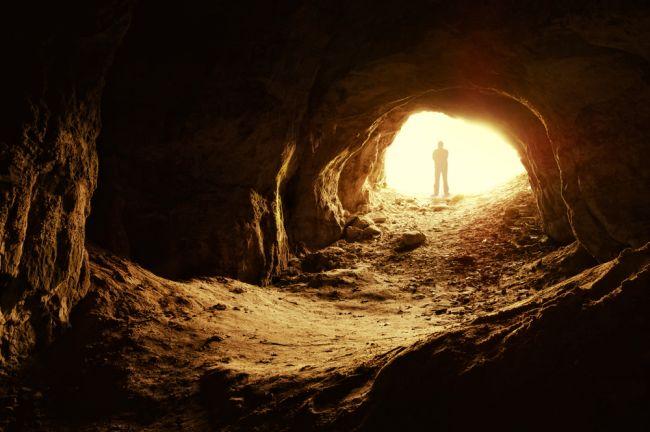 Η σπηλιά του Πλάτωνα, μια από τις πιο παραστατικές μεταφορές όλων των εποχών. Ο υπαινιγμός για την εκτέλεση του Σωκράτη και το ηθικό δίδαγμα της αλληγορίας