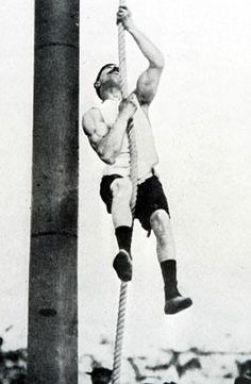 Ένας αθλητής κάνει αναρρίχηση στο σκοινί κατά τη διάρκεια των Ολυμπιακών Αγώνων της Αθήνας το 1896